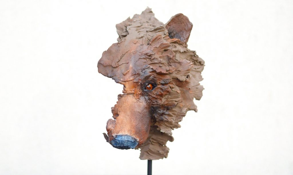 Winnie the Pooh, sculpture en faïence patinée, collage et métal